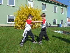 Im Formentraining üben die Kinder, genau hinzusehen und Bewegungen möglichst exakt wiederzugeben. Das schult das räumliche Denken und schafft ein positives Körpergefühl.