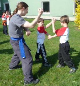 Selbstbewusstsein, Selbstdisziplin und Selbstkontrolle der Kinder werden von unseren Kindertrainern gefördert